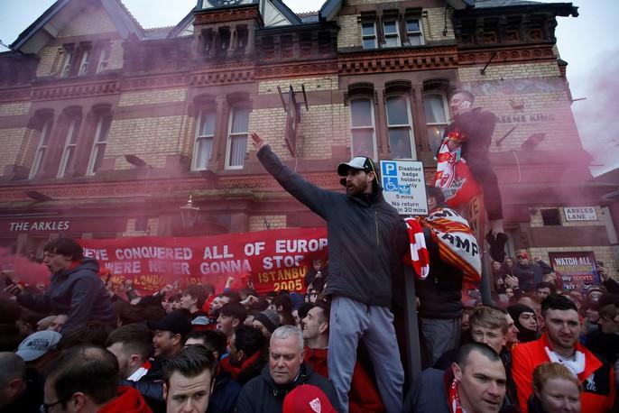 Fan Liverpool ăn mừng trận thắng Man City như thể vô địch - Ảnh 11.
