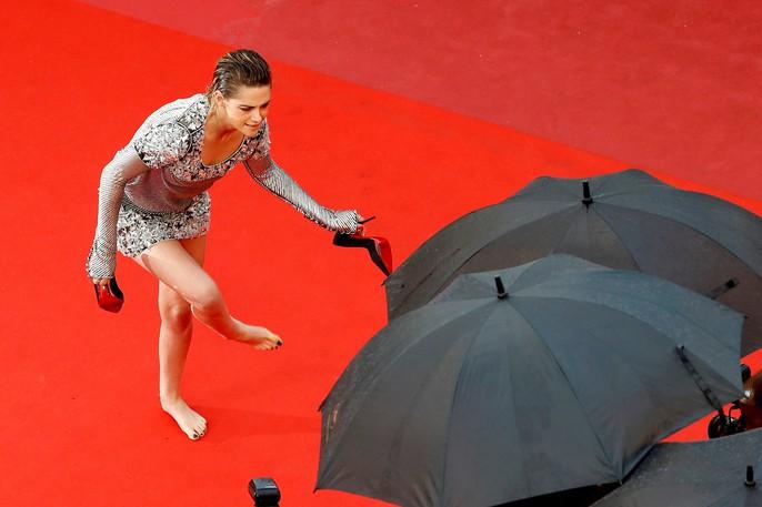 """Sao phim """"Chạng vạng"""" gây sốc khi chân trần trên thảm đỏ - Ảnh 3."""