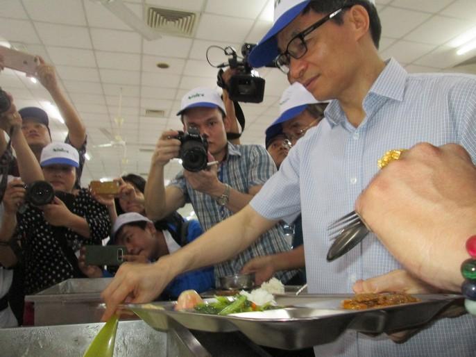 Phó Thủ tướng Vũ Đức Đam ăn cơm công nhân hơn 15.000 đồng/suất - Ảnh 4.