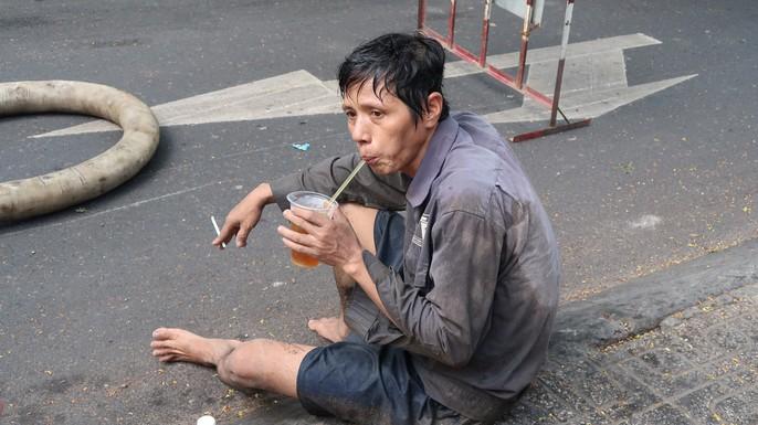 Kinh hãi những thứ được móc lên từ lòng cống ở Sài Gòn - Ảnh 6.