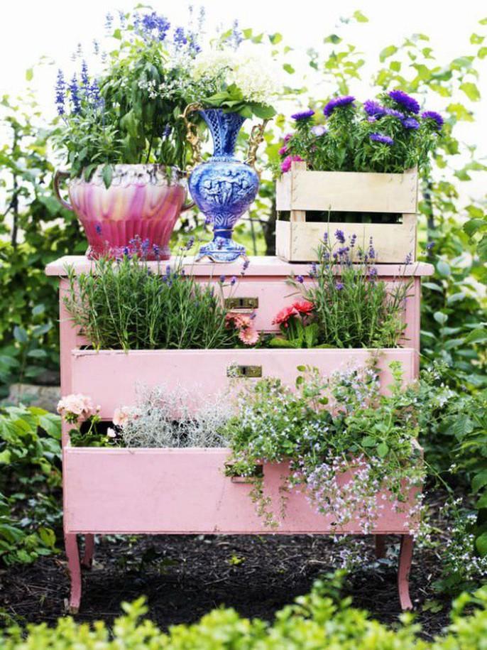 Tận dụng đồ bỏ đi trang trí khu vườn mùa hè xanh mát - Ảnh 1.