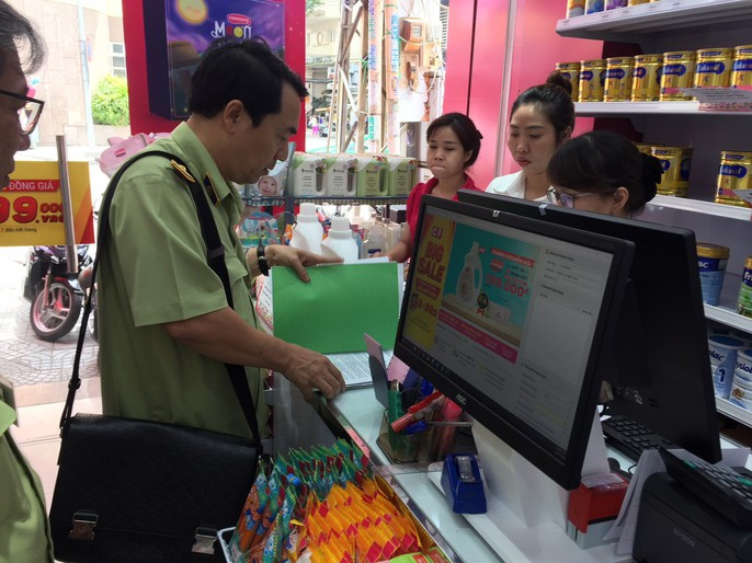 Đồng loạt kiểm tra 3 cửa hàng Con Cưng tại TP HCM