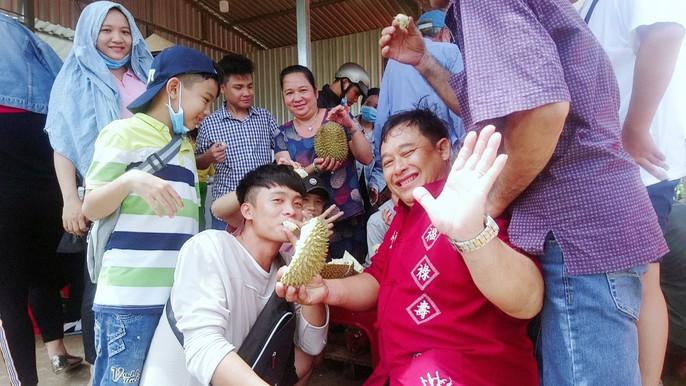 Lại ùn ùn kéo về Vĩnh Long ăn sầu riêng 19.000 đồng/kg