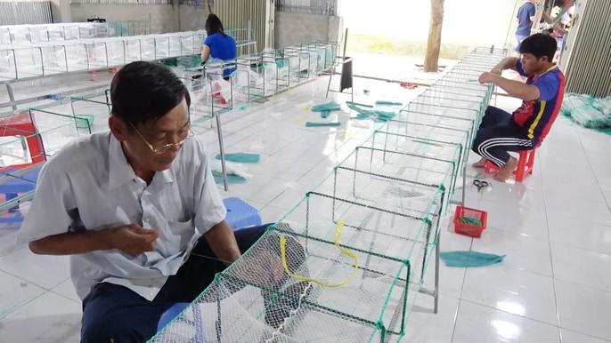 Các làng nghề tất bật sản xuất ngư cụ đón lũ lớn miền Tây - Ảnh 2.
