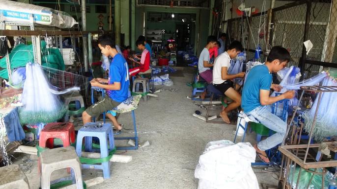 Các làng nghề tất bật sản xuất ngư cụ đón lũ lớn miền Tây - Ảnh 3.