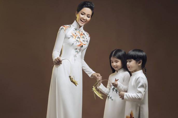 Đấu giá bộ áo dài của HHen Niê giúp trẻ em nghèo - Ảnh 2.