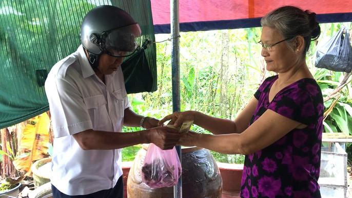 Cô giáo về hưu mỗi tháng cung cấp 500 kg dế ra thị trường