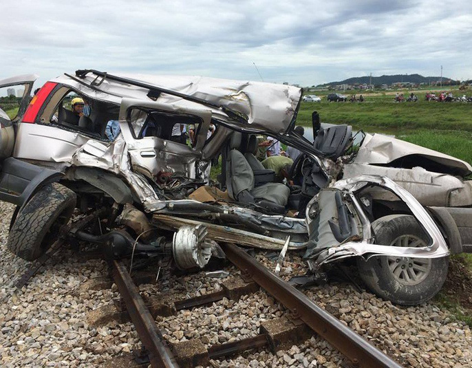 Xe ô tô dập nát sau vụ tai nạn.