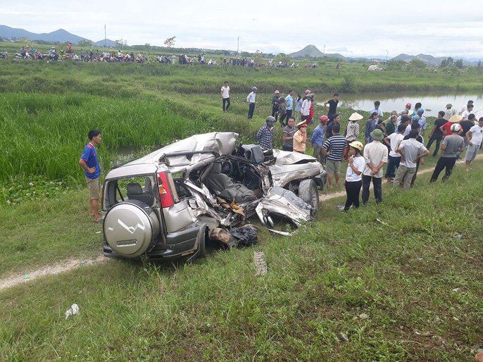 Rất đông người dân tập trung tại hiện trường vụ tai nạn thảm khốc