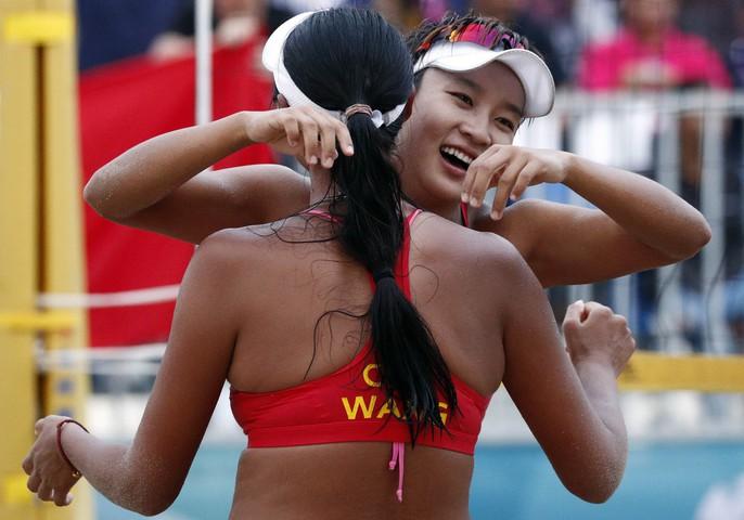Bỏng mắt xem các nữ VĐV bóng chuyền bãi biển ASIAD - Ảnh 4.