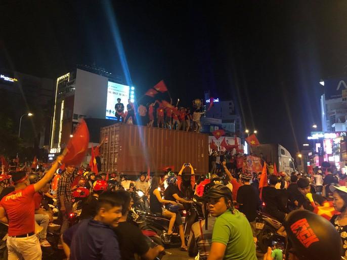 Mừng kỳ tích Olympic Việt Nam: Người hâm mộ không ngủ - Ảnh 15.