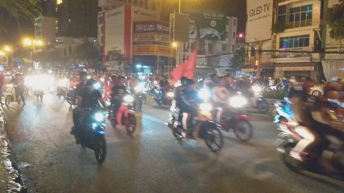 Mừng kỳ tích Olympic Việt Nam: Người hâm mộ không ngủ - Ảnh 26.