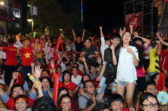 Mừng kỳ tích Olympic Việt Nam: Người hâm mộ không ngủ - Ảnh 2.
