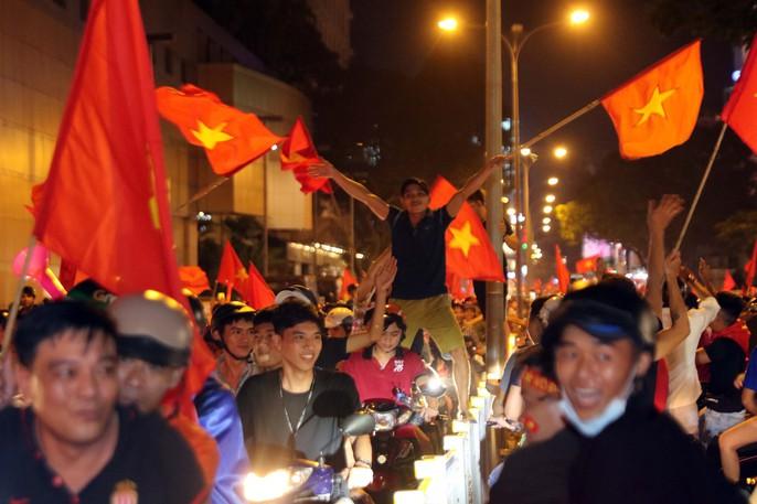 Mừng kỳ tích Olympic Việt Nam: Người hâm mộ không ngủ - Ảnh 16.