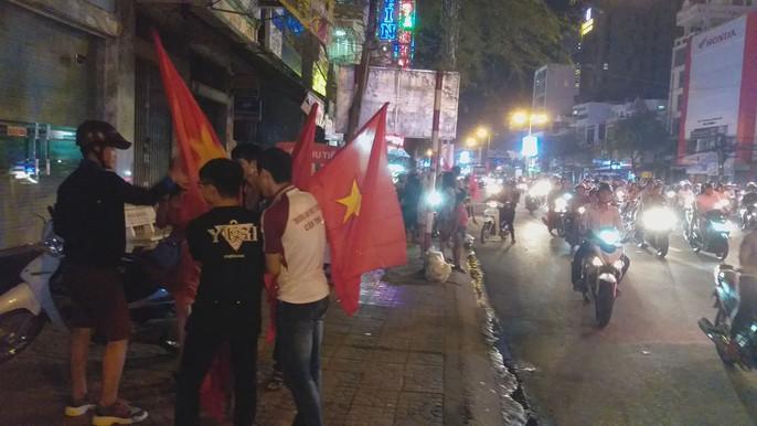 Mừng kỳ tích Olympic Việt Nam: Người hâm mộ không ngủ - Ảnh 27.