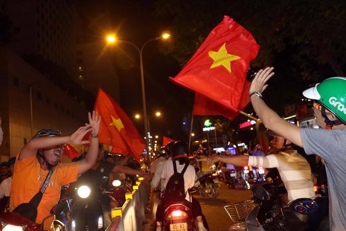 Mừng kỳ tích Olympic Việt Nam: Người hâm mộ không ngủ - Ảnh 20.