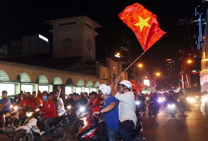 Mừng kỳ tích Olympic Việt Nam: Người hâm mộ không ngủ - Ảnh 21.
