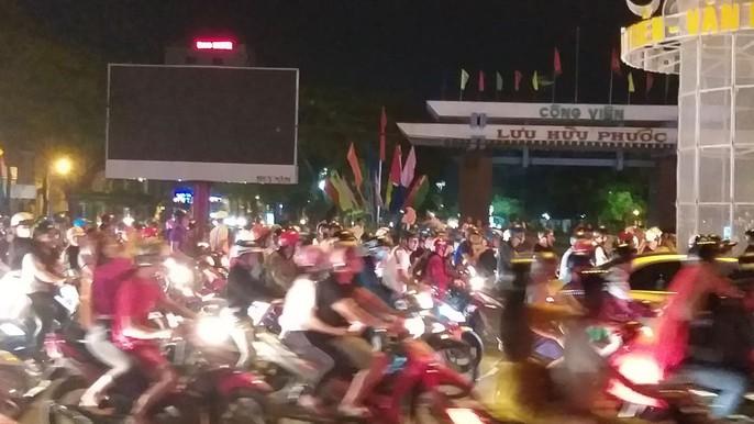 Mừng kỳ tích Olympic Việt Nam: Người hâm mộ không ngủ - Ảnh 31.