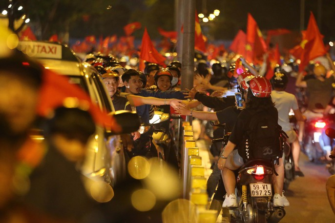 Mừng kỳ tích Olympic Việt Nam: Người hâm mộ không ngủ - Ảnh 5.
