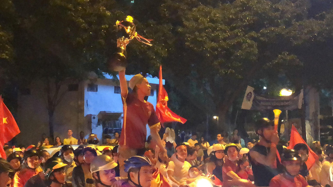 Mừng kỳ tích Olympic Việt Nam: Người hâm mộ không ngủ - Ảnh 13.