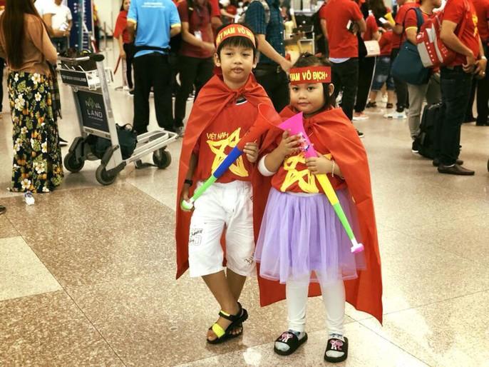 CĐV nhuộm đỏ các chuyến bay sang Jakarta tiếp lửa cho Olympic Việt Nam - Ảnh 3.
