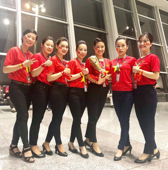 CĐV nhuộm đỏ các chuyến bay sang Jakarta tiếp lửa cho Olympic Việt Nam - Ảnh 6.
