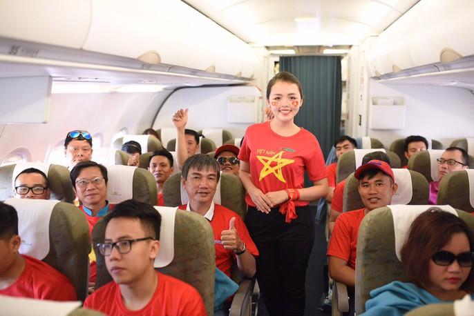 CĐV nhuộm đỏ các chuyến bay sang Jakarta tiếp lửa cho Olympic Việt Nam - Ảnh 10.
