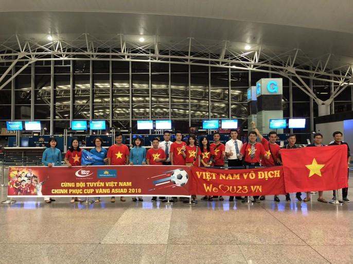 CĐV nhuộm đỏ các chuyến bay sang Jakarta tiếp lửa cho Olympic Việt Nam - Ảnh 13.