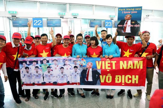 CĐV nhuộm đỏ các chuyến bay sang Jakarta tiếp lửa cho Olympic Việt Nam - Ảnh 15.