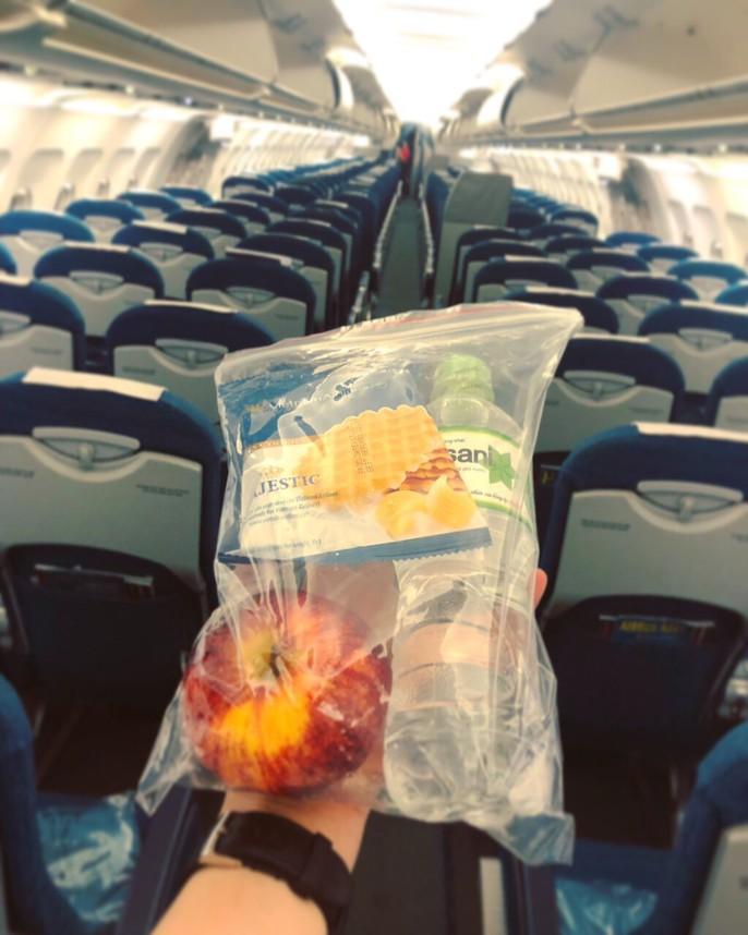 CĐV nhuộm đỏ các chuyến bay sang Jakarta tiếp lửa cho Olympic Việt Nam - Ảnh 17.