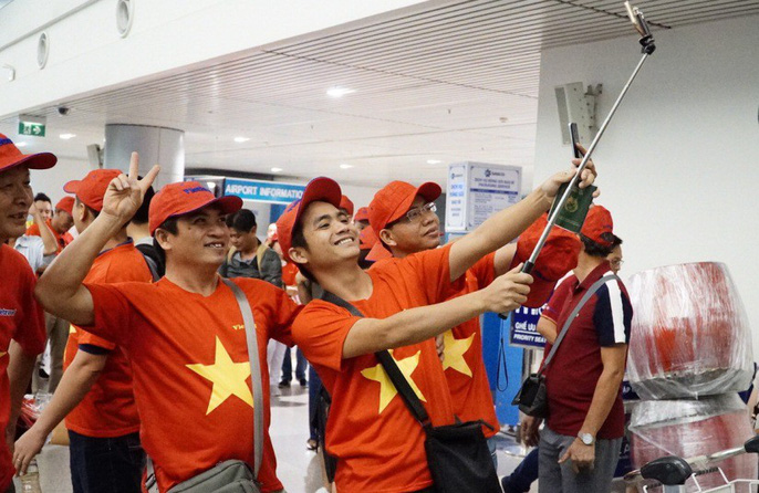 CĐV nhuộm đỏ các chuyến bay sang Jakarta tiếp lửa cho Olympic Việt Nam - Ảnh 25.