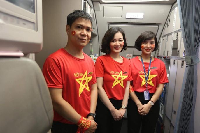 CĐV nhuộm đỏ các chuyến bay sang Jakarta tiếp lửa cho Olympic Việt Nam - Ảnh 21.