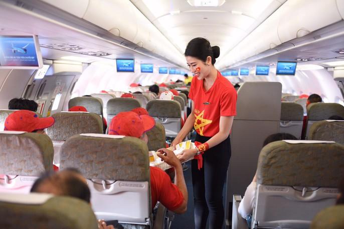CĐV nhuộm đỏ các chuyến bay sang Jakarta tiếp lửa cho Olympic Việt Nam - Ảnh 12.