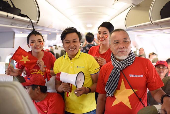 CĐV nhuộm đỏ các chuyến bay sang Jakarta tiếp lửa cho Olympic Việt Nam - Ảnh 5.