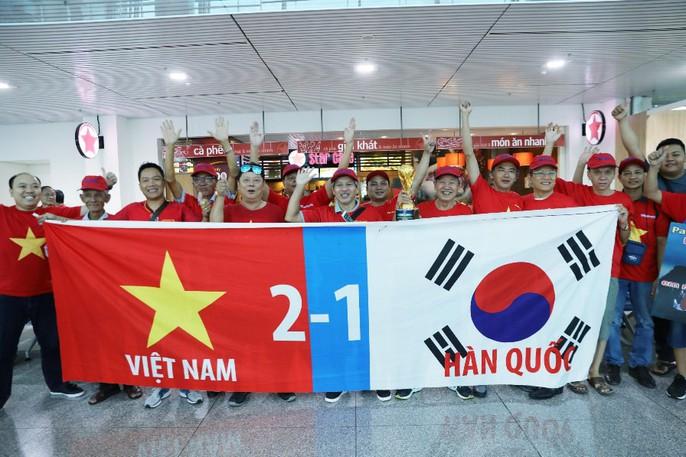 CĐV nhuộm đỏ các chuyến bay sang Jakarta tiếp lửa cho Olympic Việt Nam - Ảnh 27.