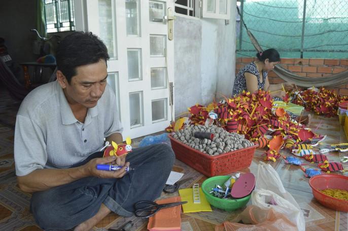 Gặp người tạo ra những món đồ chơi dân gian phục vụ trẻ thơ