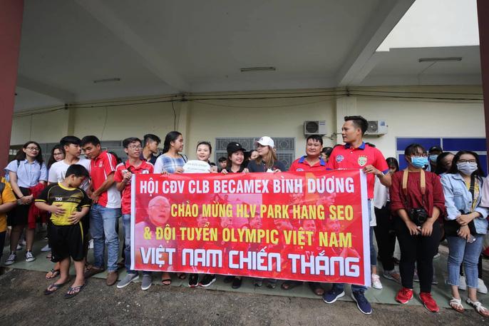 Olympic Việt Nam chạy dưới mưa trong ngày đầu ở Bình Dương - Ảnh 3.
