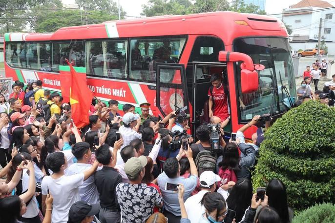 Olympic Việt Nam chạy dưới mưa trong ngày đầu ở Bình Dương - Ảnh 2.