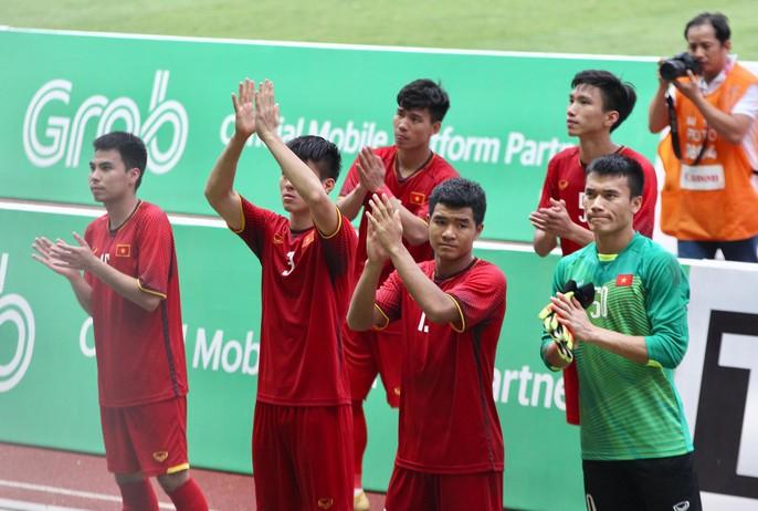 Olympic Việt Nam chia tay trong tiếc nuối, CĐV thẫn thờ - Ảnh 1.