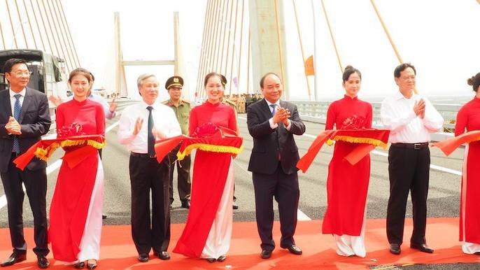 Thủ tướng, nguyên Thủ tướng cắt băng khánh thành xa lộ Hạ Long-Hải Phòng - Ảnh 1.