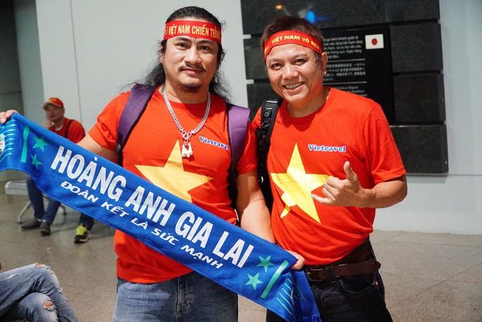 Hơn 300 CĐV bay sớm sang Indonesia tiếp lửa cho Olympic Việt Nam tranh HCĐ - Ảnh 6.