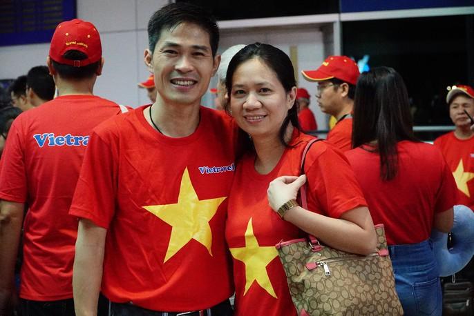 Hơn 300 CĐV bay sớm sang Indonesia tiếp lửa cho Olympic Việt Nam tranh HCĐ - Ảnh 9.