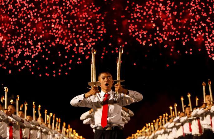Cận cảnh màn đồng diễn đuốc rực lửa có 1 không hai ở Triều Tiên - Ảnh 1.