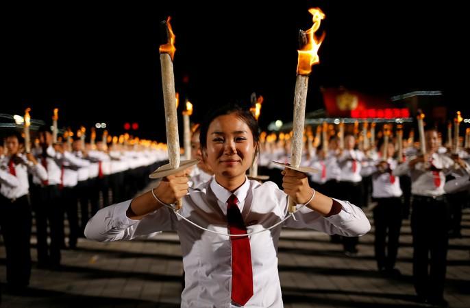 Cận cảnh màn đồng diễn đuốc rực lửa có 1 không hai ở Triều Tiên - Ảnh 6.