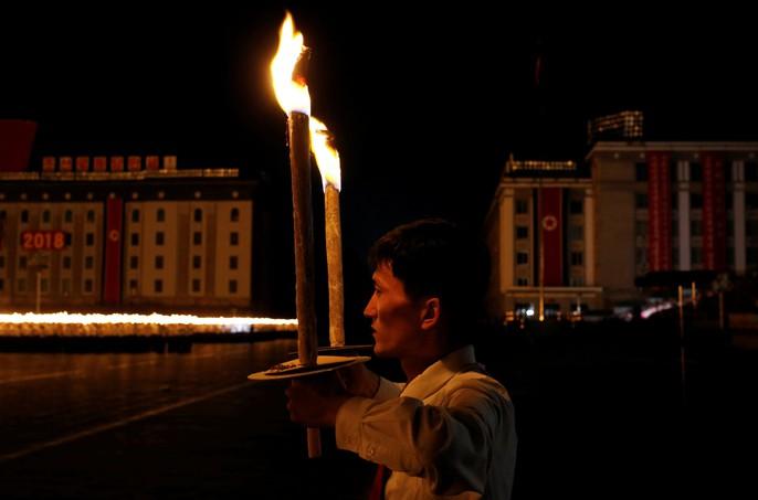 Cận cảnh màn đồng diễn đuốc rực lửa có 1 không hai ở Triều Tiên - Ảnh 8.