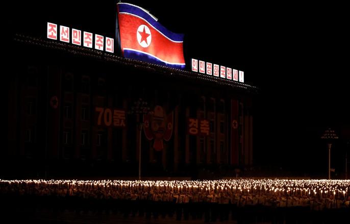 Cận cảnh màn đồng diễn đuốc rực lửa có 1 không hai ở Triều Tiên - Ảnh 9.