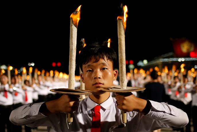 Cận cảnh màn đồng diễn đuốc rực lửa có 1 không hai ở Triều Tiên - Ảnh 10.