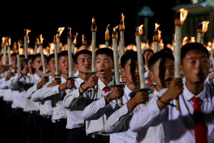 Cận cảnh màn đồng diễn đuốc rực lửa có 1 không hai ở Triều Tiên - Ảnh 11.