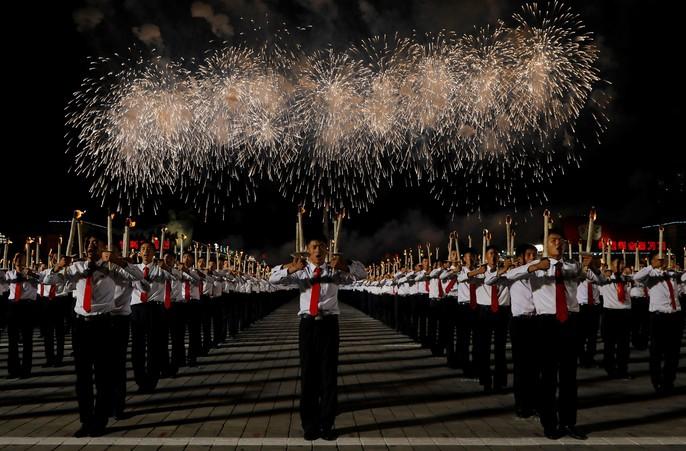 Cận cảnh màn đồng diễn đuốc rực lửa có 1 không hai ở Triều Tiên - Ảnh 12.