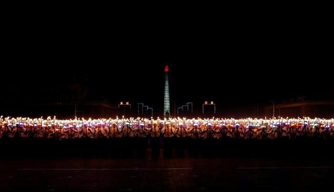 Cận cảnh màn đồng diễn đuốc rực lửa có 1 không hai ở Triều Tiên - Ảnh 14.